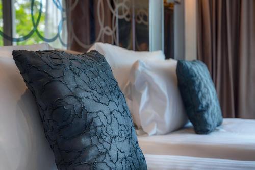 Кровать или кровати в номере Centara Grand Phratamnak Pattaya