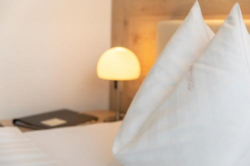 A bed or beds in a room at Hotel im Auerbachtal