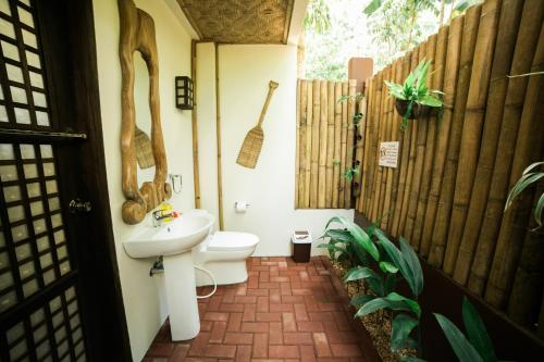 A bathroom at Fox & The Firefly Cottages