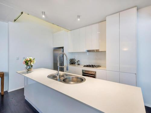 A kitchen or kitchenette at Urban Loft Close To Sydney Hot Spots