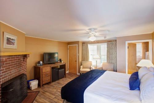 A bed or beds in a room at Keltic Lodge at the Highlands