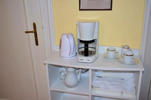 Příslušenství pro přípravu čaje a kávy v ubytování George Pension