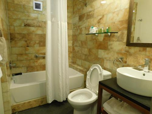 A bathroom at DoubleTree by Hilton - The Tudor Arms Hotel