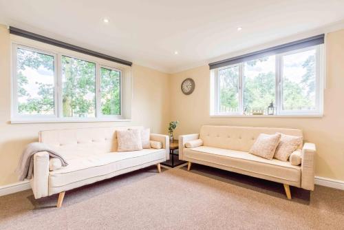 CLOSE 2 PINEWOOD/UXBRIDGE. 3 DOUBLE BED & PARKING!