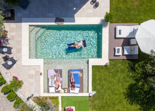 Θέα της πισίνας από το Five Senses Luxury Villas ή από εκεί κοντά