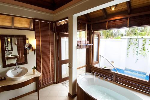 Een badkamer bij Kurumba Maldives
