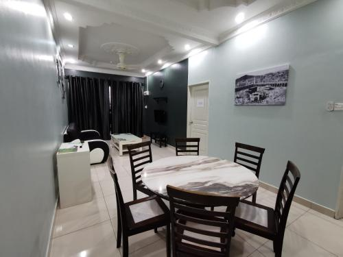 A restaurant or other place to eat at DF ZaheenulFitri Homestay (Muslim Homestay)