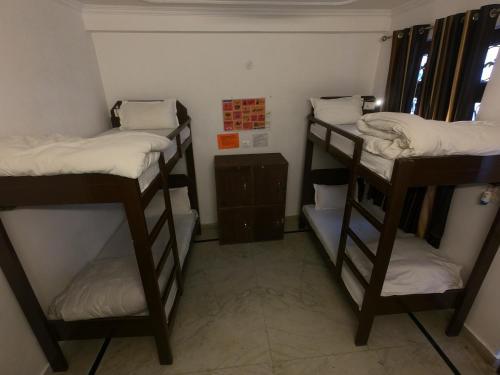 Un ou plusieurs lits superposés dans un hébergement de l'établissement Live Free Hostel Rishikesh