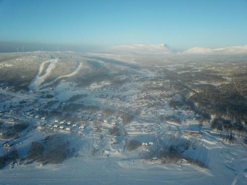Ett flygfoto av Klimpfjälls hus & lägenhet