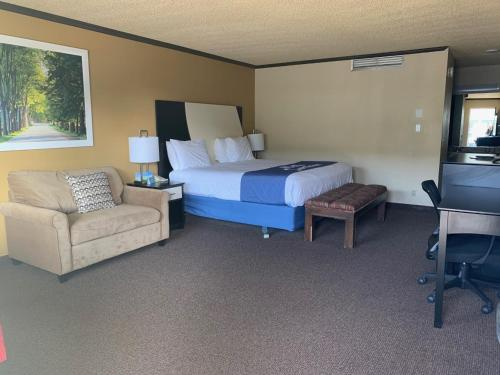 A bed or beds in a room at Days Inn by Wyndham Bend