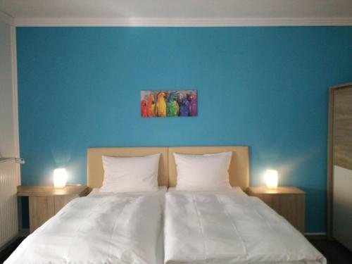 A bed or beds in a room at Motel Monteur