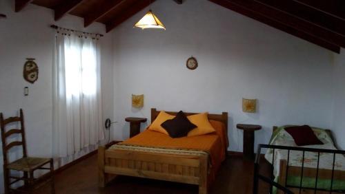 Una cama o camas en una habitación de Cabañas Jade Capilla del Monte