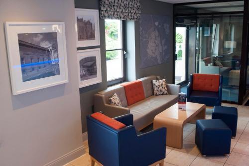 A seating area at Holiday Inn Express Perth