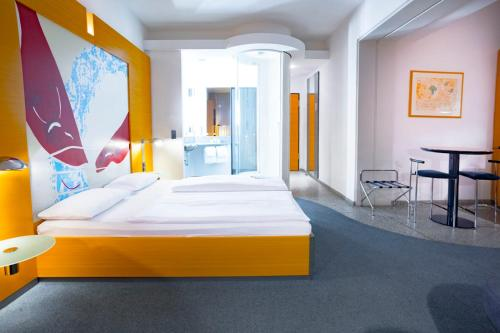 A bed or beds in a room at Hotel Berlin Ostbahnhof