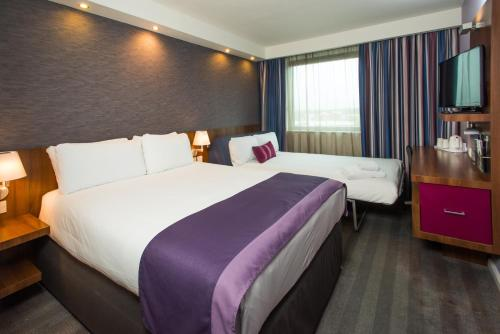 A bed or beds in a room at Holiday Inn Express Lincoln City Centre