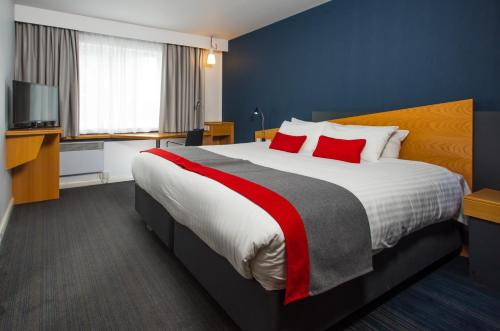 A bed or beds in a room at Holiday Inn Express Lichfield
