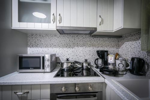 O bucătărie sau chicinetă la Lenikos Resort