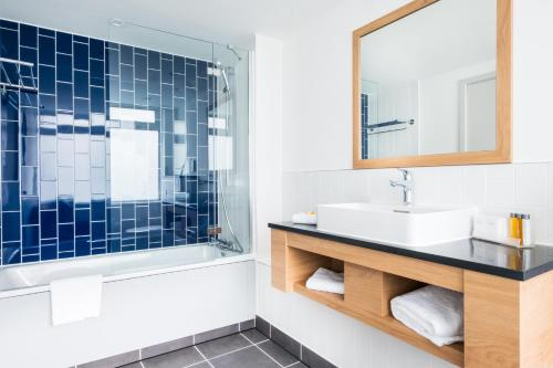 A bathroom at Holiday Inn Reading South M4 Jct 11
