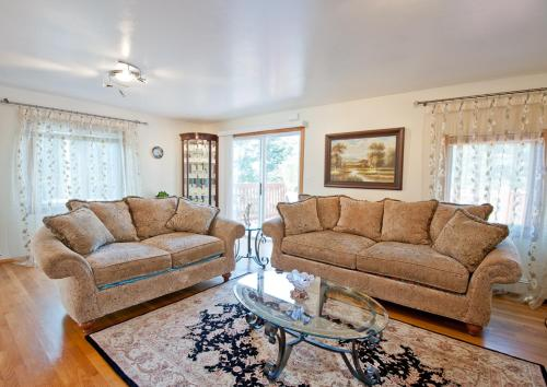 A seating area at Beautiful Apartment-5 Beds-Parking-Super Clean!!!