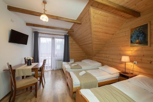 Łóżko lub łóżka w pokoju w obiekcie Chata u Bronka