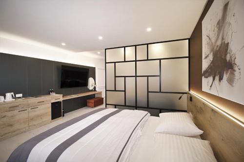 A bed or beds in a room at Hotel Magnus Trenčín