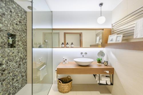 A bathroom at Mosaic House Design Hotel