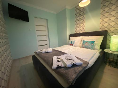 A bed or beds in a room at Blue Sky Apartament