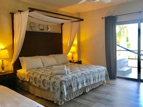 A bed or beds in a room at Hotel Playa La Media Luna