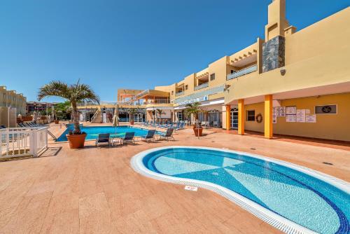 The swimming pool at or near Aparthotel Morasol Atlantico