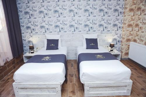 A bed or beds in a room at Hotel King David
