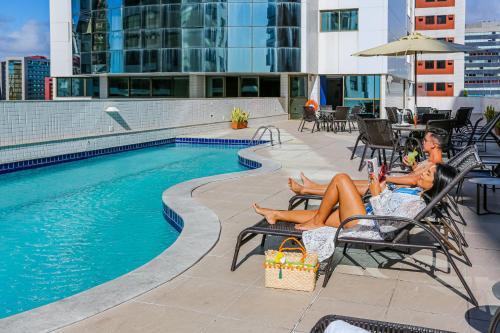 A piscina localizada em Nobile Suítes Executive ou nos arredores