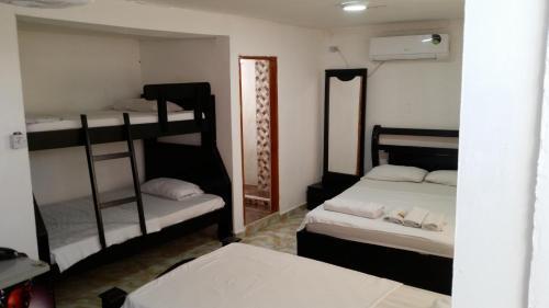 Двухъярусная кровать или двухъярусные кровати в номере Hotel Interamericano