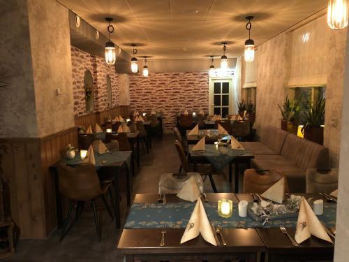 Een restaurant of ander eetgelegenheid bij De Halve Maan