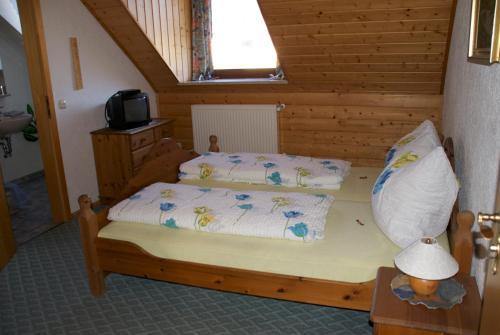 Ein Bett oder Betten in einem Zimmer der Unterkunft Gasthof Jägerheim