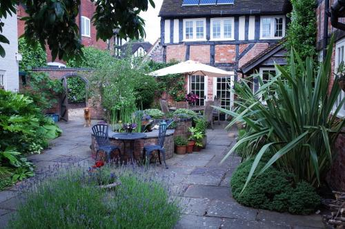 Cosy self contained cottage in peaceful courtyard, great base for visiting friends and family and exploring historic Warwickshire