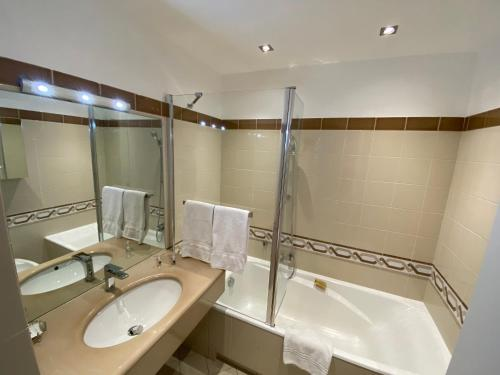 A bathroom at Riviera Eden Palace