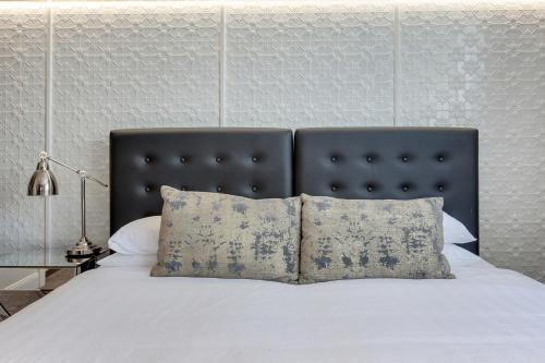 A bed or beds in a room at Snug studio in the heart of the Blue Mountains