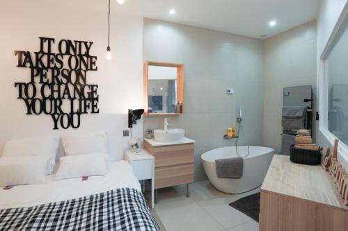 A bathroom at Suite Garibaldi Cosy et Design