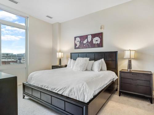 A bed or beds in a room at Bluebird Suites on Washington Circle