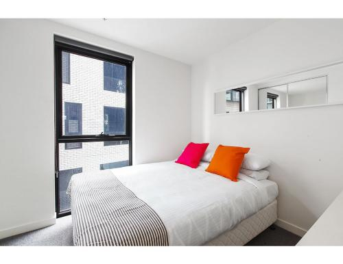 A bed or beds in a room at Modern 2 bed apartment in trendy Collingwood