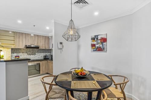 A kitchen or kitchenette at Luxurious harbour view apartment steps from city