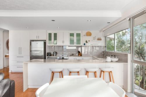 A kitchen or kitchenette at Classic Getaway Apartment For The Whole Family