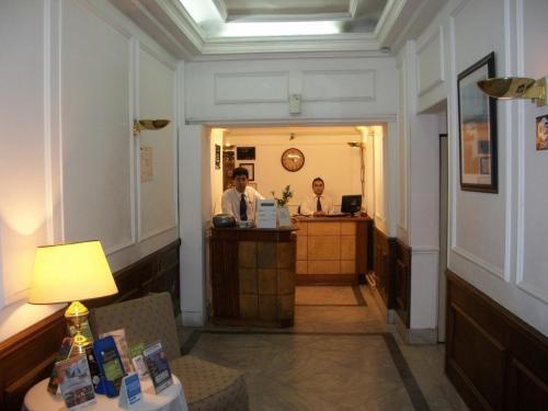 Лобби или стойка регистрации в King's Hotel