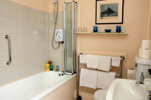A bathroom at Willowhill House