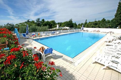 Der Swimmingpool an oder in der Nähe von Hotel Plavi Plava Laguna