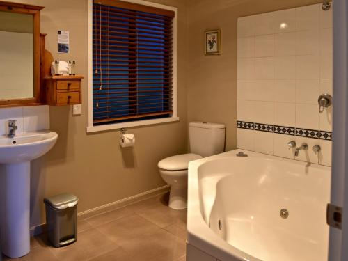 A bathroom at Secluded Getaway - Romantic and Tranquil Akaroa Holiday Home