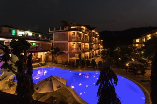 Вид на бассейн в Mount Kailash Resort или окрестностях