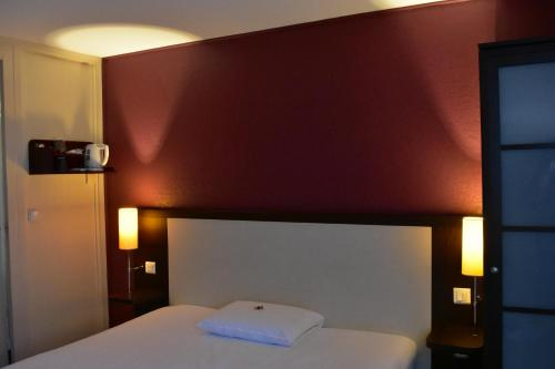 A bed or beds in a room at Hotel Inn Design Le Havre (Ex Kyriad)