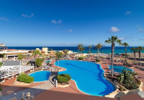 Uitzicht op het zwembad bij H10 Playa Esmeralda - Adults Only of in de buurt