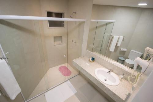A bathroom at Hotel Praia Dourada
